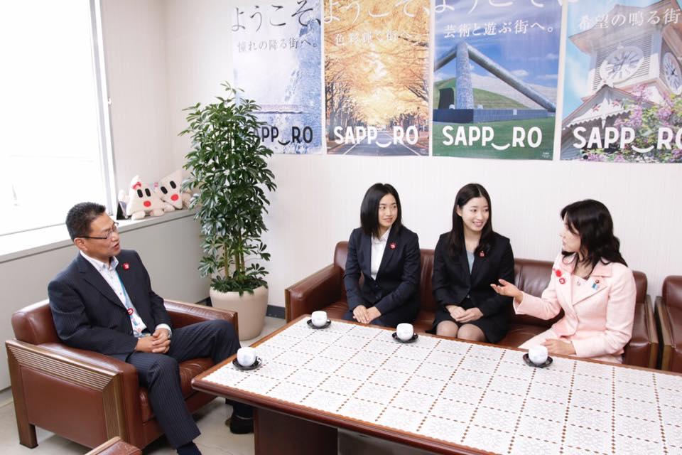 写真左から 三井豊平区長、奈千選手、那菜選手、小竹